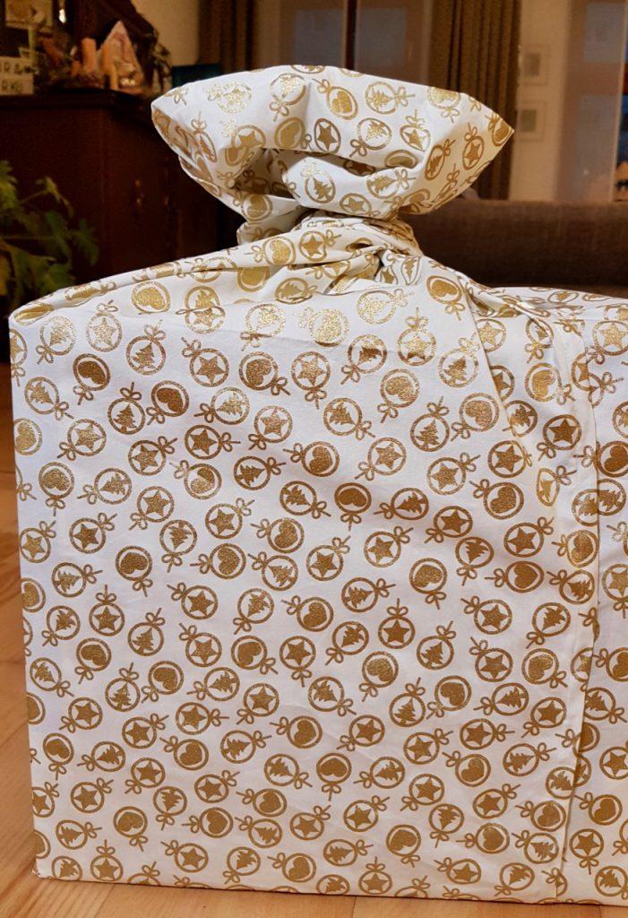 Ein Furoshiki ist eine aus Stoff genähte Geschenkverpackung.